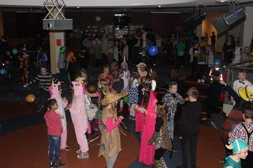 Im abgedunkelten Forum tanzen verkleidete Kinder.